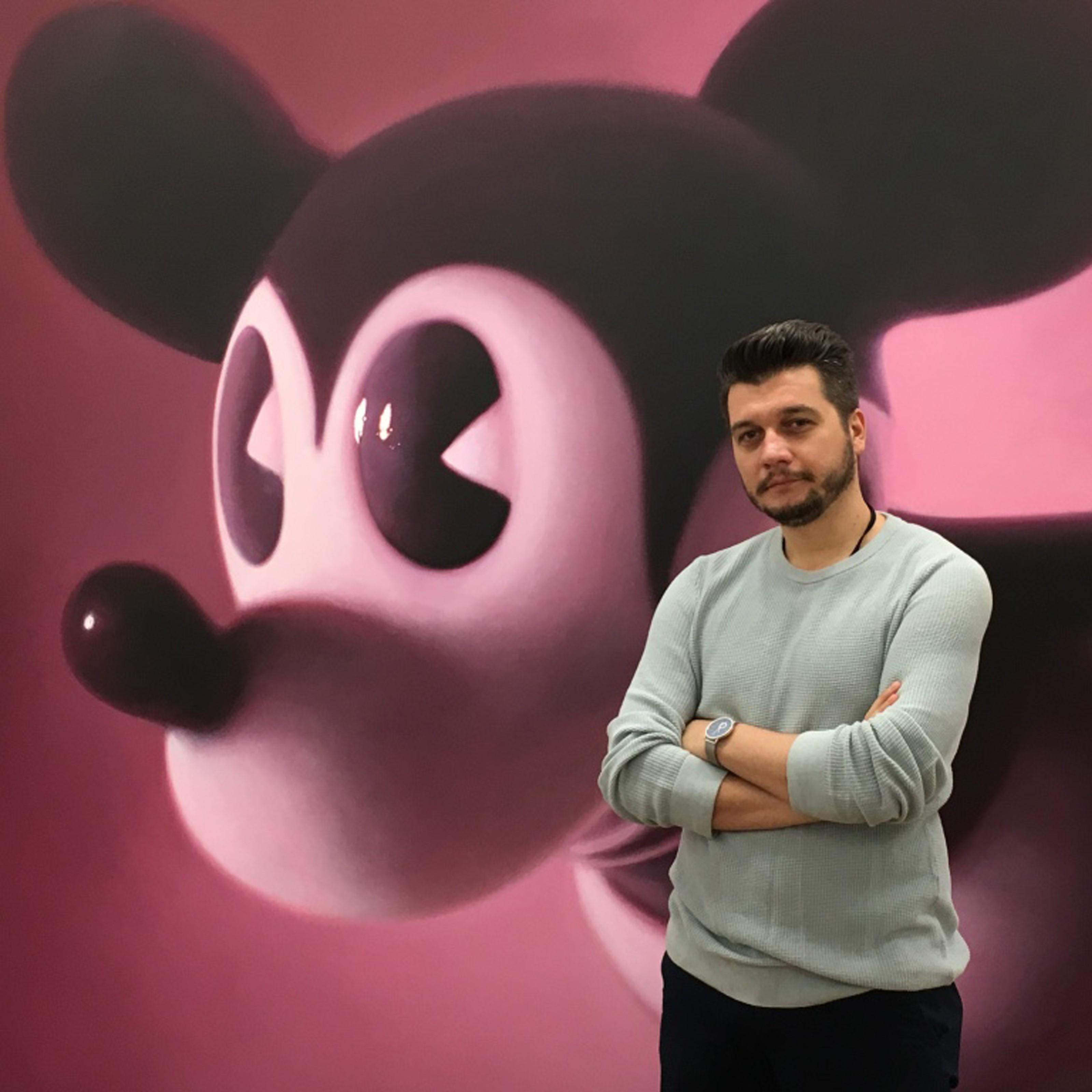 Mihai Zgondoiu în spate Mickey Mouse de Gottfried Helnwein-patrat